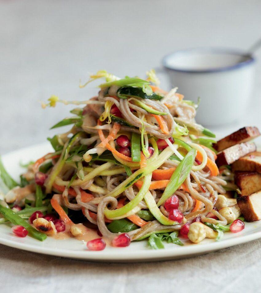 Insalata di noodles e spiedini di tofu.